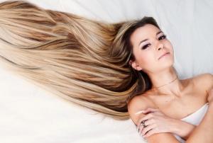 Девушка с роскошными длинными волосами