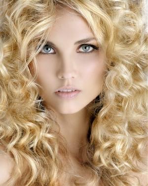 Девушка со светлыми волнистыми волосами