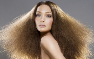 Девушка с пушистыми русыми волосами
