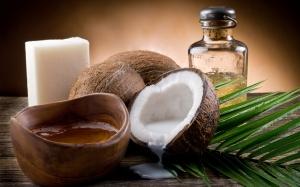 Кокосовое масло и листья пальмы