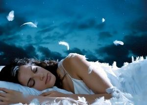 Девушка спит в белой сорочке