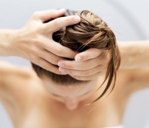 Нанесение масел на волосы